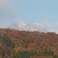 紅葉と妙高山山頂の雪